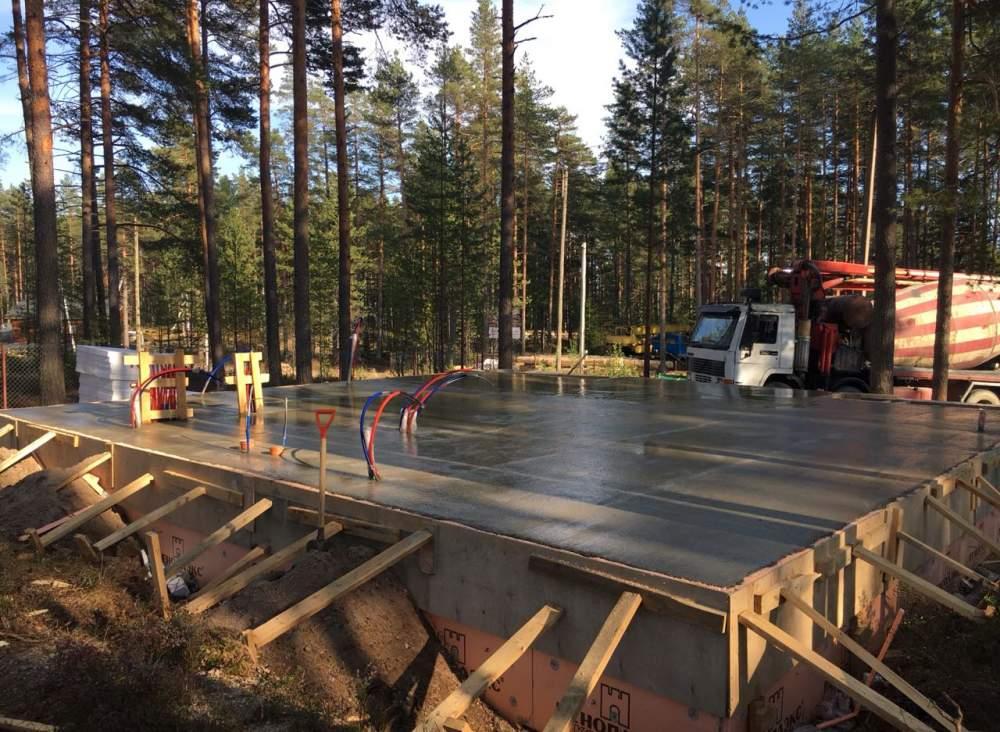 Строительство дома из СИП панелей по индивидуальному проекту в КП Финский Бриз Ленинградской области.
