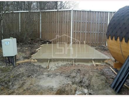Выполнена заливка бетоном монолитной плиты для строительства гаража