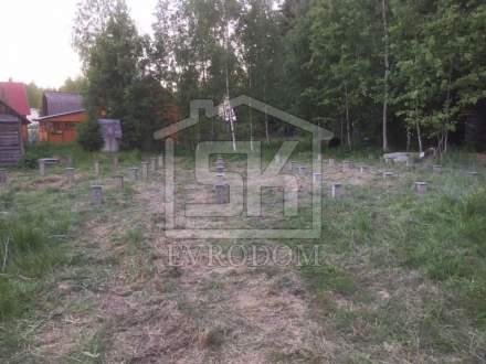 Произведен монтаж ж/б свай 150х150 длиной 3м в п. Лебяжье Ленинградской области.