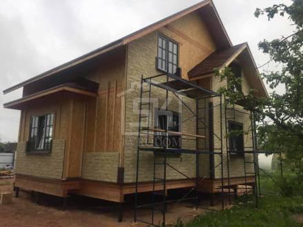 Ведутся работы по внешней отделки фасада дома в д. Финев Луг Новгородской области.